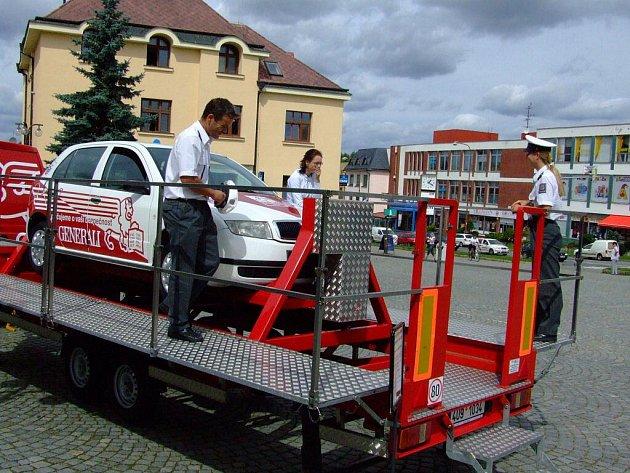 Stroj simulující dopravní nehodu.