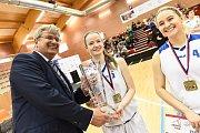 Kapitánce Lence Slavíkové předává pohár pro vítěze předseda ČUS a ČBF Miroslav Jansta.