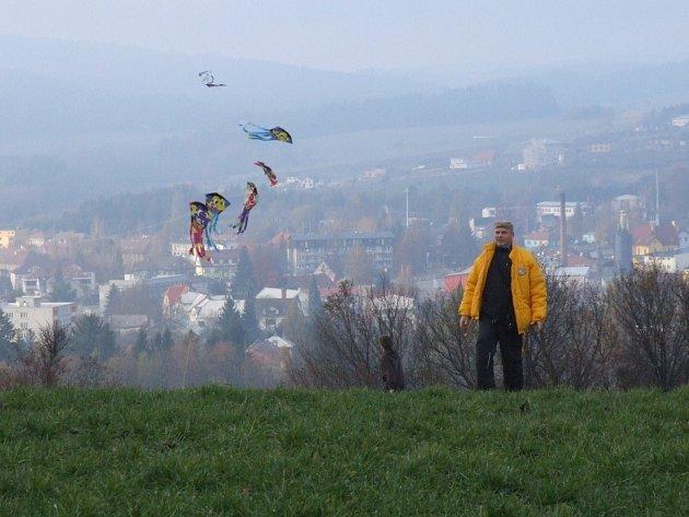 Dvacítka draků se v sobotu vznášela na kopci u Třech křížů nad Novým Městem na Moravě.
