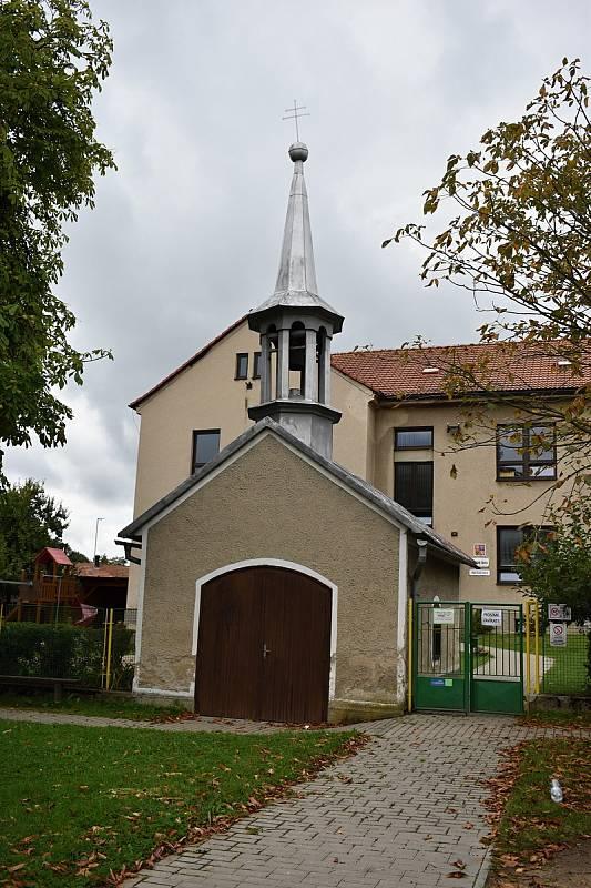 Stávající kaplička stojí v blízkosti školy.