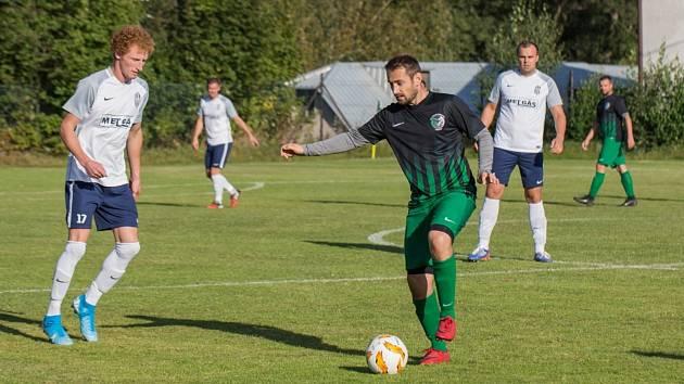 Prvních tří bodů v letošním ročníku 1. A třídy se v neděli dočkali fotbalisté Počítek (v zelenočerném).