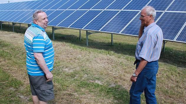 Možnost nahlédnout za plot velké fotovoltaické elektrárny, která vyrábí elektřinu do sítě, měli ve čtvrtek 1. června lidé ve Velkém Meziříčí.