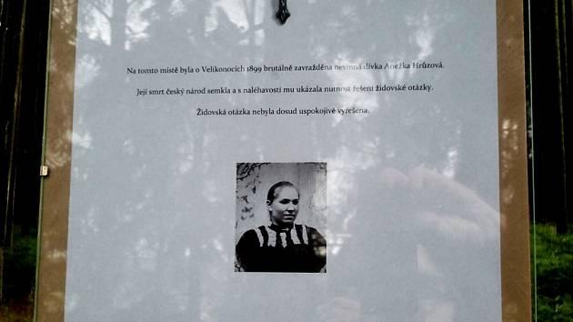 Za cedulku s tímto textem u symbolického hrobu zavražděné Anežky Hrůzové police obvinila národní demokraty Adama B. Bartoše a Ladislava Zemánka.