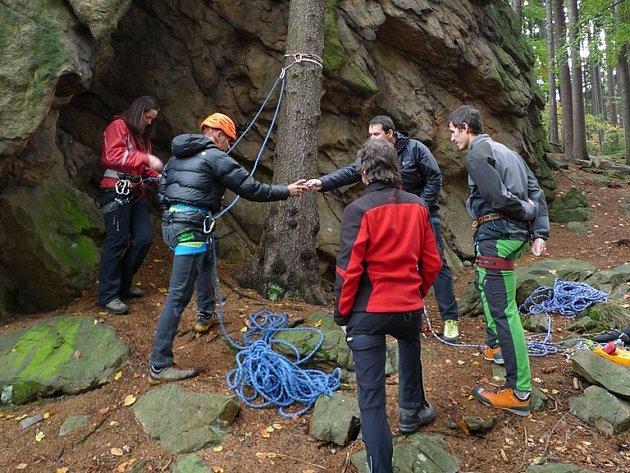 Skalní útvar Drátník nedaleko Blatin se stal místem setkání zájemců o skalní lezení s lektory z Českého horolezeckého svazu. Na programu byly přednášky k jednotlivým tématům doplněné praktickými ukázkami.