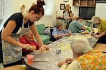 Do meziříčského Domova pro seniory zavítaly také studentky z Výchovného ústavu Velké Meziříčí, které se učí v oboru cukrářská výroba (vlevo). Pečení cukroví se stalo součástí Týdne sociálních služeb.