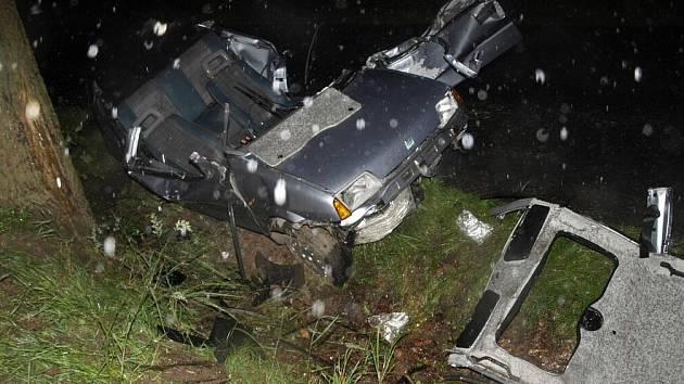 Při havárii mladý řidič utrpěl lehké zranění, jeho spolujezdec byl zraněn těžce.