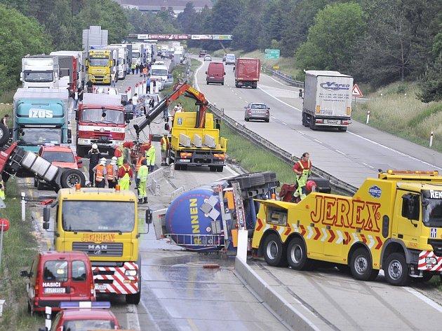 Dálnici D1 na 153. km ve směru na Brno zastavila nehoda kamionu