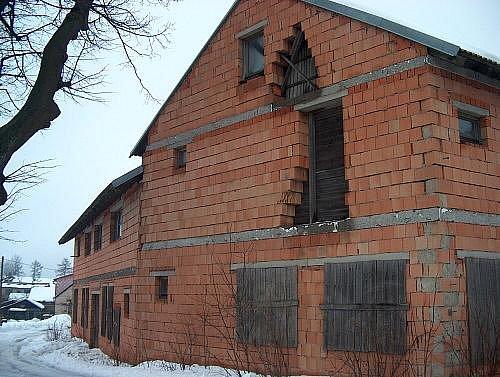 Budova v Rokytně byla postavena v roce 1995.