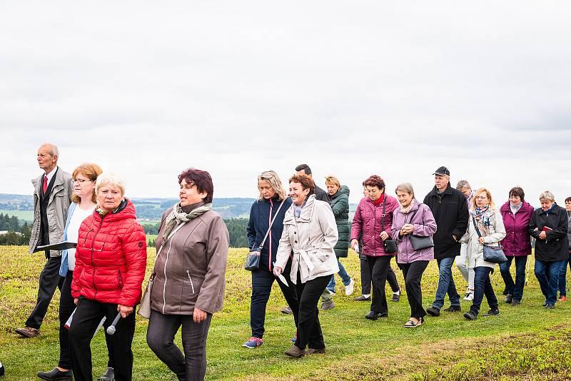 Na slavnostní otevření a žehnání nové cesty se přišly podívat stovky lidí.
