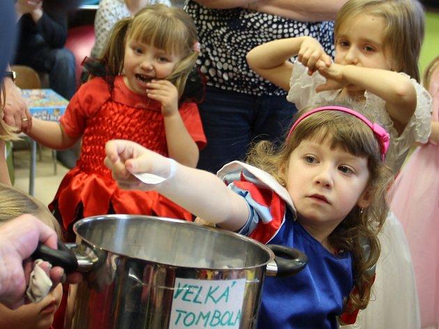 Veselý karneval připravilo pro děti žďárské rodinné centrum Srdíčko.