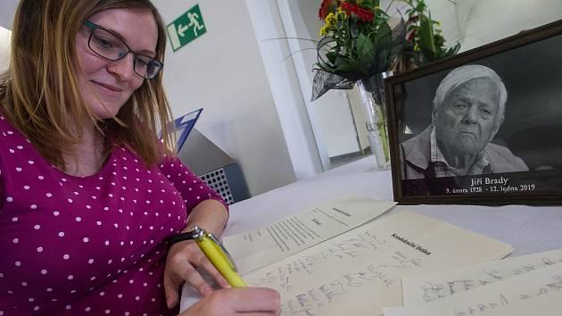 Lidé vzpomínají na Jiřího Bradyho, podepisují kondolenční knihu