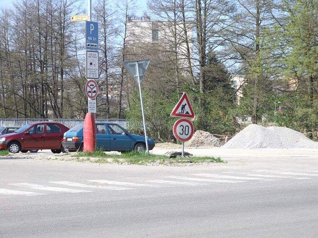 Až do konce září zaparkují návštěvníci městského úřadu obtížněji. Důvodem je oprava sítí a pokládka nového asfaltového povrchu na centrálním parkovišti.