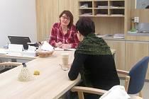 Alzeimer poradna působí v Senior Pointu ve žďárské poliklinice. Na snímku je poradkyně Marcela Rýpalová při konzultaci.