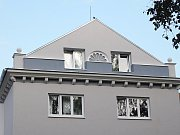 Většina domů z 50. let už má fasádu obnovenou.