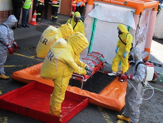 O vybudování dekontaminačního stanoviště se postarali hasiči (fotografie vlevo a vpravo dole). Dekontaminaci se musela podrobit nejen pacientka nakažená ebolou, ale také všichni lidé, kteří se s ní dostali do styku.