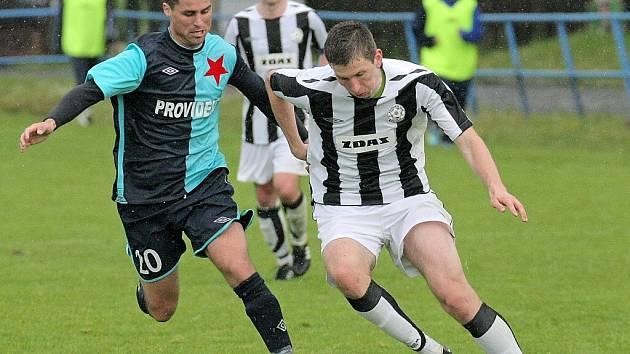 Fotbalisté Žďáru se v ofenzivě trápili, v Hulíně se neprosadil ani střelec Václav Pohanka (u míče).