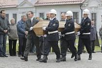 Zástupci hasičského sboru a lesního hospodářství z pohřebního vozu vynesena rakev se zesnulým.