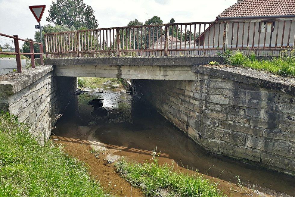 Most v Divišově potřebuje rekonstrukci. Provoz po silnici I/19 bude řízený kyvadlově.