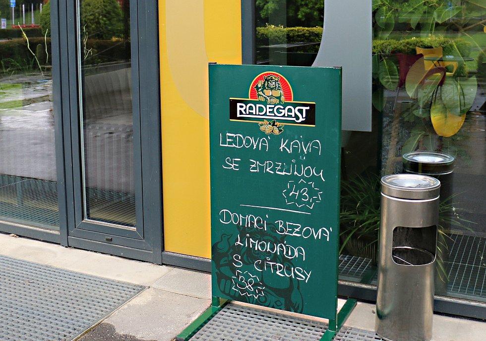 Restaurace na Žďársku zatím většinou zejí prázdnotou.