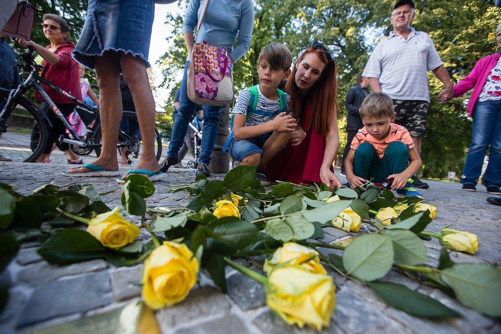 Odhalení kamenů zmizelých připomínající oběti holocaustu v Novém Městě na Moravě.