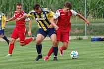 Fotbalisté Speřic (v červeném) se v domácím prostředí pokusí zdolat vedoucí celek krajského přeboru. Před rokem doma Pelhřimovu podlehli 0:2.