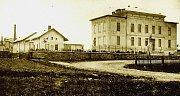 Budova původní lnářské školy K areálu patřily i tírna lnu a školní statek (vlevo).