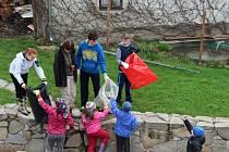 Do čištění břehů řeky Oslavy a tamních rybníků se už druhým rokem pustilo na sedm desítek novoveselských školáků dobrovolníků od první do osmé třídy.