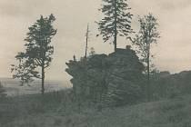 Vrchol Tisůvka, jiným názvem Čertův kámen, nedaleko Cikháje vypadal ve 40. letech minulého století jinak. Zatímco tehdy byl vidět zdaleka, nyní je obrostlý stromy ze všech stran.