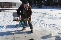 Rybolov pod ledem neboli dírkaření je zábavou pro ty, kteří chtějí chodit na ryby po celý rok.