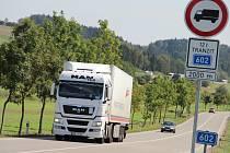 Příjezdové silnice do Velkého Meziříčí jsou již označeny zákazovými značkami pro tranzit kamionů těžších dvanácti tun. Meziříčská radnice tímto opatřením bojuje proti řidičům kamionů, kteří se průjezdem města vyhýbají mýtu na nedaleké dálnici D1.