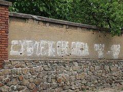 Jeden z nápisů, který v Novém Městě na Moravě vznikl 21. srpna 1968, je čitelný dodnes.