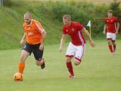 Derby mezi fotbalisty Nedvědice (v červeném) a Štěpánovem (v oranžovém) vyznělo pro hosty.