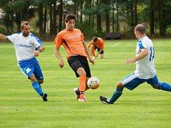 Fotbalisté Bobrové (v oranžovém) v neděli remizovali na hřišti béčka Nové Vsi 0:0.