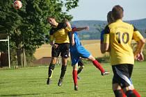 Pokud se bude hrát, nečeká na hráče Moravce (ve žlutých dresech) i Radešínské Svratky (v modrých dresech) jednoduché jaro.