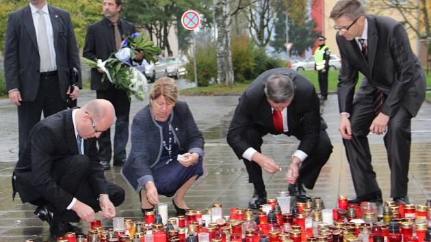 Premiér Bohuslav Sobotka uctili v pátek památku tragicky zesnulého studenta Petra Vejvody ze žďárské obchodní školy.
