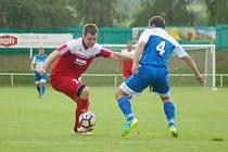 Fotbalisté Bystřice nad Pernštejnem (v červeném) budou chtít doma v sobotním derby proti Nové Vsi potvrdit roli favorita.