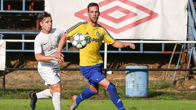 Fotbalistům FC Žďas (v bílém) stačil k zisku tří bodů jediný vstřelený gól.