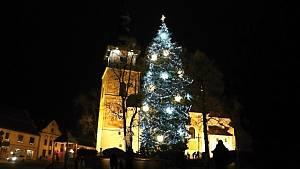 Rozzářený strom na novoměstském náměstí zvěstoval začátek adventu
