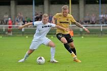 Ve středečním pohárovém utkání měli fotbalisté Žďáru nad Sázavou (v bílém) ve druholigové Zbrojovce Brno (ve žlutém dresu) až příliš těžkého protivníka.