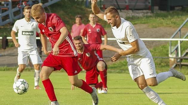 Divizní fotbalisté Bystřice nad Pernštejnem (v červeném) nyní v přípravě nabírají především fyzickou kondici.