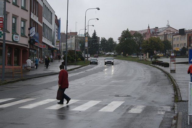 Vznik prostoru, jakéhosi zálivu pro podélné odstavení aut umožní v centru Žďáru vysazené chodníkové plochy. Ty jsou již k vidění v rekonstruované ulici Dolní.