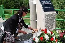 Příbuzní dvou obětí se přímo na místě tragédie přišli poklonit památce svých blízkých.