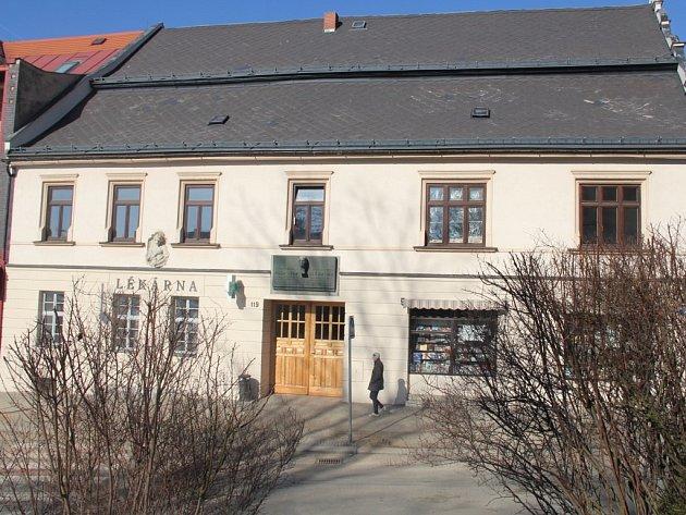 V domě č. p. 119 v centru Nového Města se mnohé mění. Jeho majitel Dan Sokolíček v něm chce i nadále ponechat lékárnu i knihkupectví, ale přibude k nim také kavárna a galerie.
