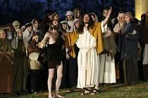 Davy diváků v úterý od dvaceti hodin sledovaly výkony zhruba dvou stovek amatérských herců.