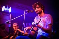 Hudba Model Bazaar se pohybuje na pomezí folku a rocku. Do obou žánru kapela ráda nahlíží, ale nechce tam spadnout.