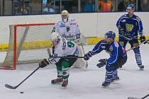 Hokejisté Velkého Meziříčí (v modrém) v sobotu přemohli Rosice (v bílem) 6:5 až díky dvěma gólům v závěrečné dvouminutovce hry. Svěřenci trenéra Romana Vondráčka se díky tomu vrátili na druhé místo tabulky.