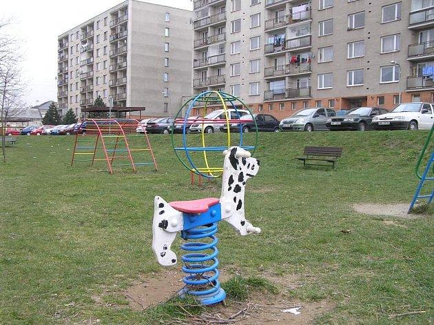 Dětská hřiště v Novém Městě jsou postupně oplocována. Radnice chce do jejich údržby v letošním roce investovat půl milionu korun.
