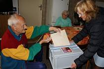 Ve Vojnově Městci volební komise obcházela obec s volební přenosnou urnou.