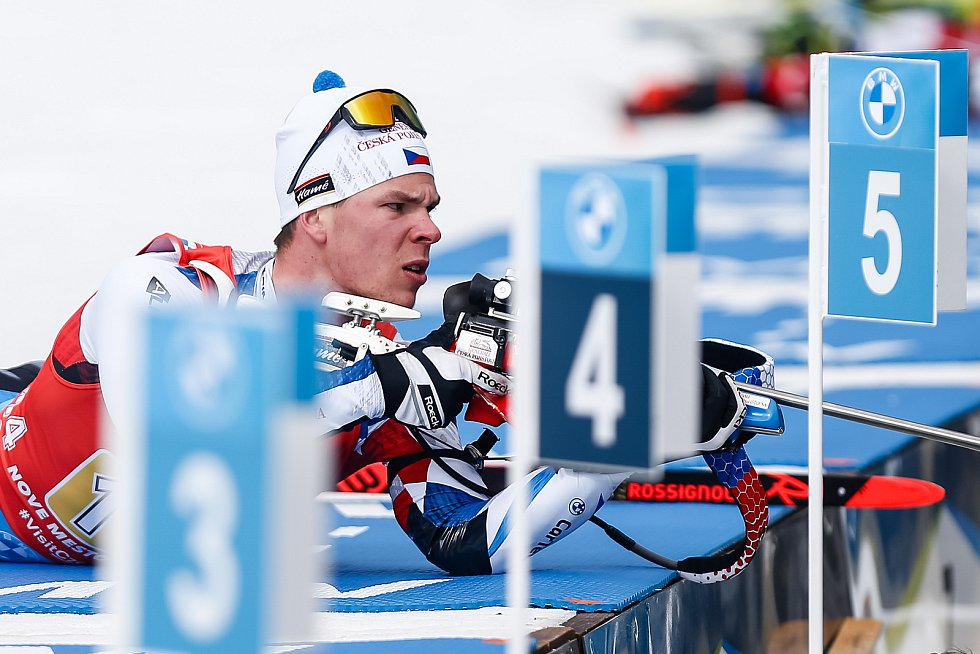 Mikuláš Karlík v závodu Světového poháru v biatlonu ve smíšené štafetě.
