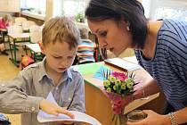 Pochvalu za to, jak zvládli první půlrok školní docházky, dostali od své třídní učitelky Petry Fialové všichni prvňáčci z 1. A. Teď je čeká týden zasloužených prázdnin.